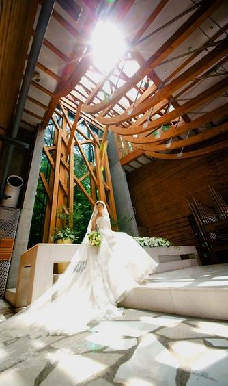 軽井沢クリークガーデン:祭壇は13mの一枚ガラスから成り、お二人の頭上から自然と陽の光が差し込む幻想的な空間。