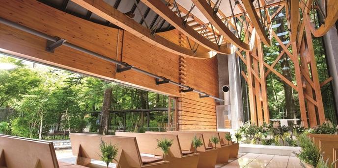 軽井沢クリークガーデン:左側一面の大きなスライディングウィンドウは、ガーデンと一体となり圧倒的な開放感を感じさせ、屋内にいても小鳥のさえずりや小川のせせらぎなどの自然を感じることができる。