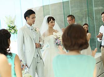 アイネス ヴィラノッツェ 沖縄:陽光降り注ぐ祭壇で愛を誓う。ユニティキャンドル、とんぼ玉の交換など一つひとつのセレモニーが愛を深める