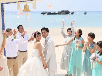 アイネス ヴィラノッツェ 沖縄:挙式後は乾杯セレモニーやフラワーシャワー、チャペル前に広がる美しいビーチでの写真撮影などを楽しんでは