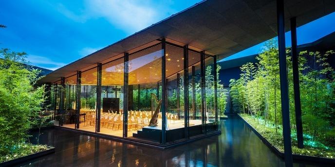 ガーデンテラス宮崎 ホテル&リゾート チャペル(3面ガラス張りの水に浮かぶチャペル)画像1-1