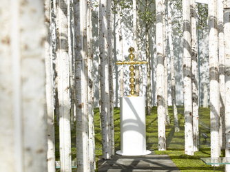 軽井沢ニューアート ウェディング 風通る白樺と苔の森チャペル:祭壇のオブジェは人前式、キリスト教式に合わせて変更できる。