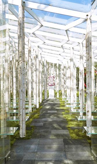 軽井沢ニューアート ウェディング 風通る白樺と苔の森チャペル:自然に溶け込むチャペル。風も、光も、ふたりを祝福。