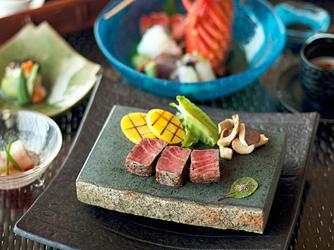 百名伽藍(GARAN WEDDING):石垣牛ヒレ肉のステーキ久米島石焼きを、タンカン塩や島唐辛子で味わう和琉スタイル