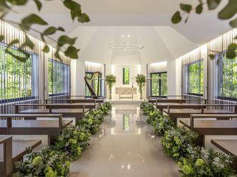 旧軽井沢ホテル:森に包まれた白亜の独立型チャペル。自然光の入る温かな光に包まれ、記憶に残るセレモニーを。