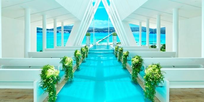 古宇利島 空と海の教会:新しい家族の未来を表現した、4本のアーチが印象的な祭壇。