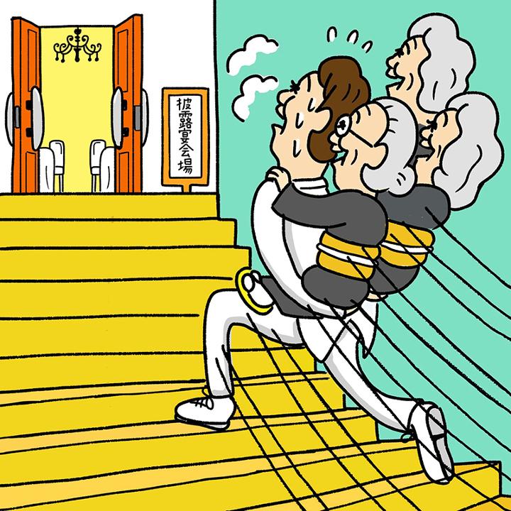 おばあさんを3人おぶって階段を駆け上がる新郎
