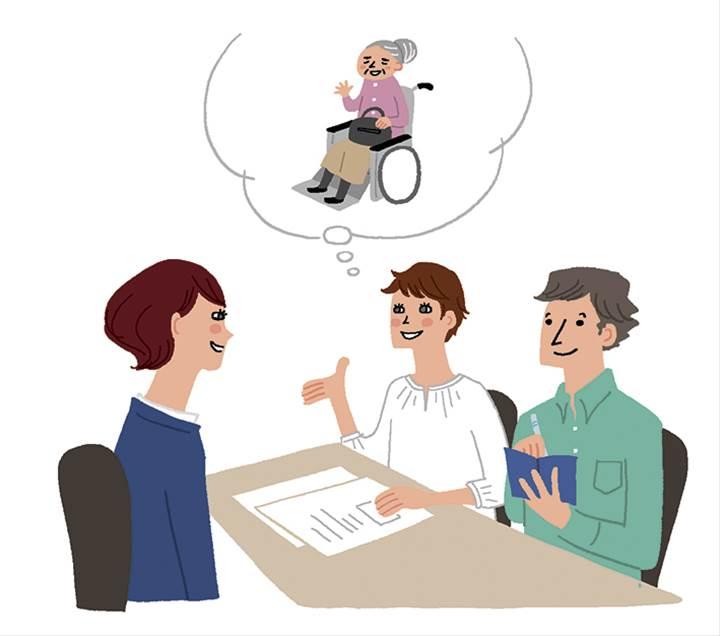 車椅子の高齢者についてプランナーさんと相談するカップル
