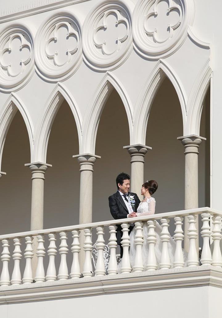 エントランスや廊下、バルコニーに等間隔で配された柱は、デコラティブな装飾や柱同士をつなぐ曲線も美しく、ヨーロッパの宮殿さらながらの優雅な気分に浸れる。ふたりで柱の間を歩くだけで絵になるから動画撮影もお