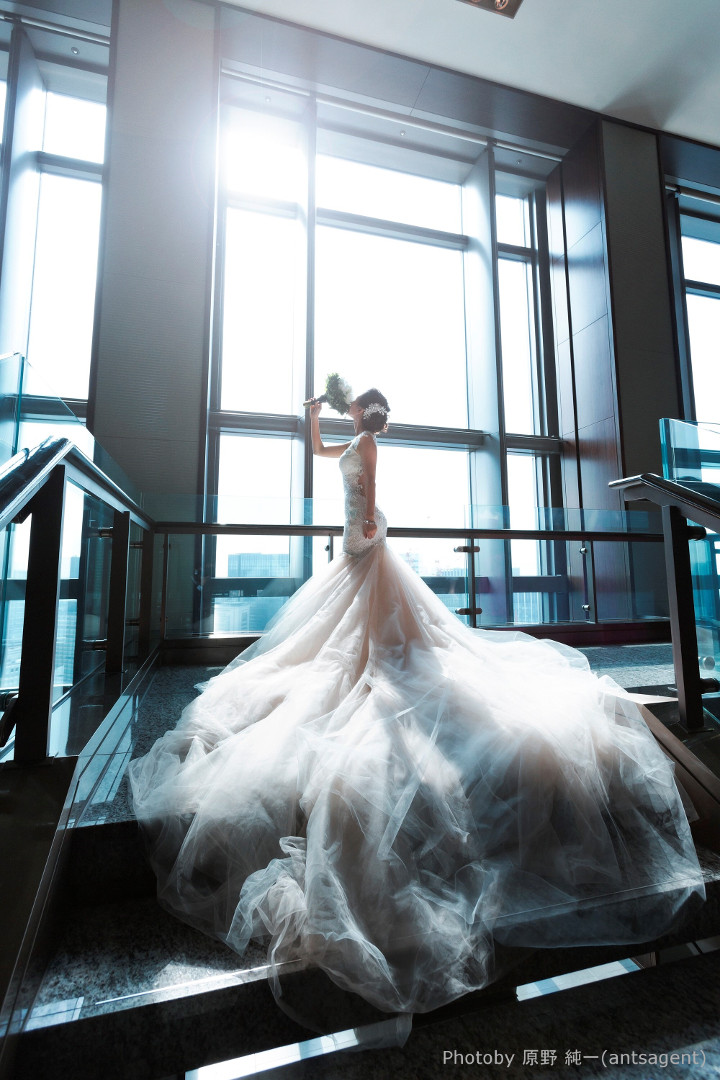 レッドカーペットを闊歩するセレブのようなかっこいいドレス姿を目指すなら、階段もクールなデザインを選びたい。直線的な手すりや、蹴り込み板のない空間の空いたステップなら、モダンで都会的な印象。背後に窓が広