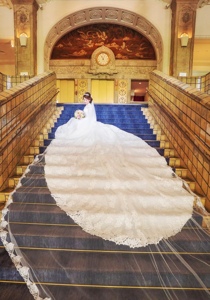 広いロビーはドレス姿を全身捉えるのに最適。美しい柄のじゅうたんや、高い窓から下がったベルベットのカーテンがある場所なら、しっとりロイヤルな気分に浸れそう。