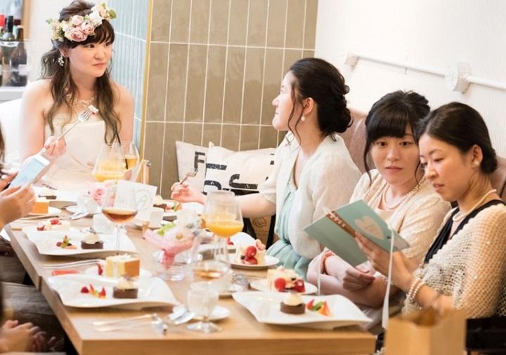 ゲスト卓に座る花嫁