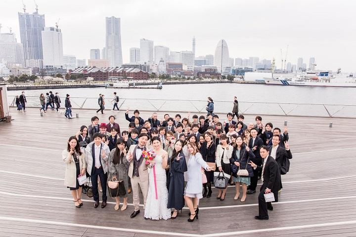 横浜の大桟橋で集合写真