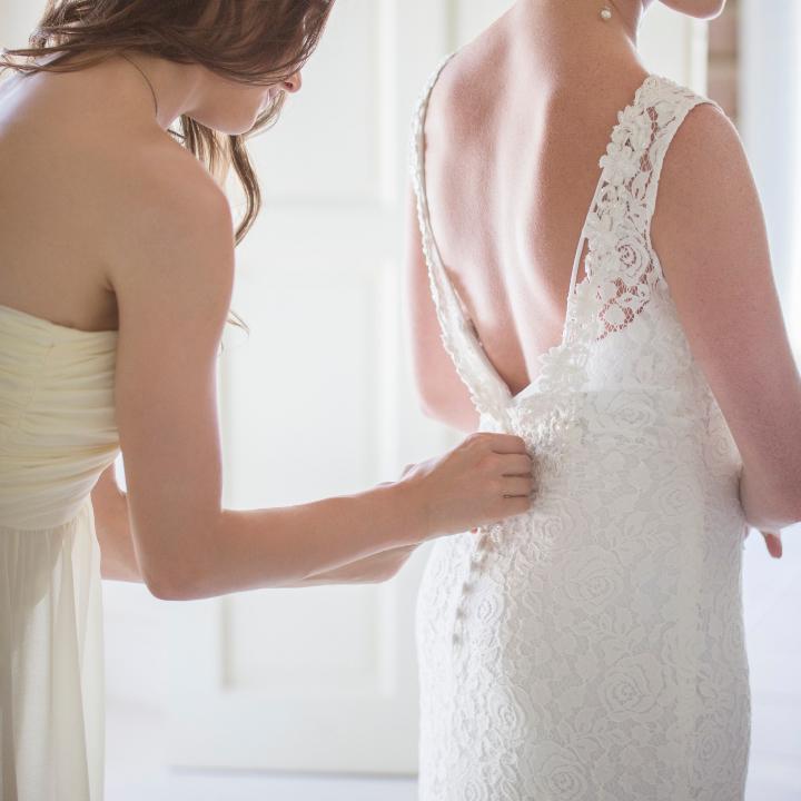 ドレスを着る花嫁