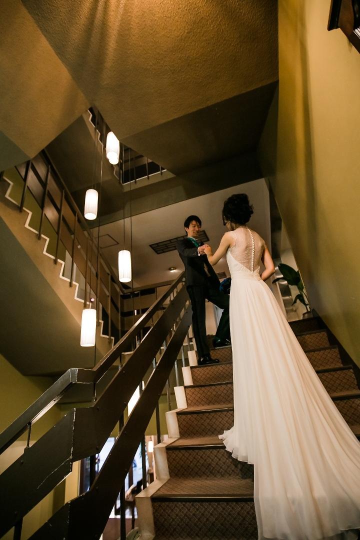 階段に立つ花嫁