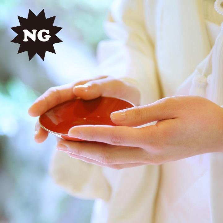 盃から手がはみ出るように持っているNG例