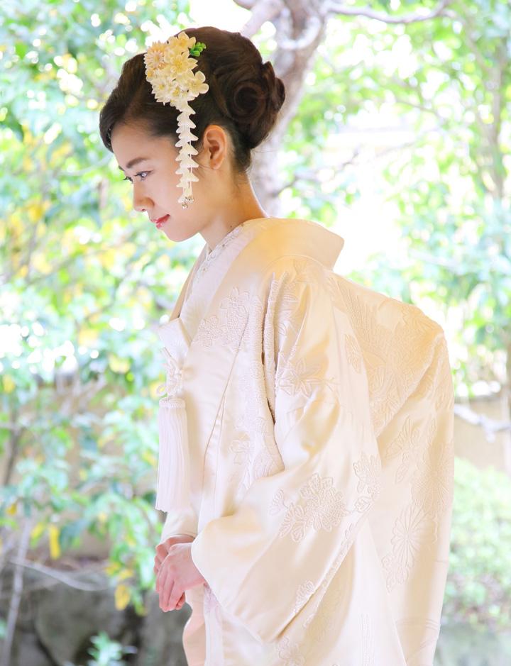 白無垢姿でお辞儀をする花嫁