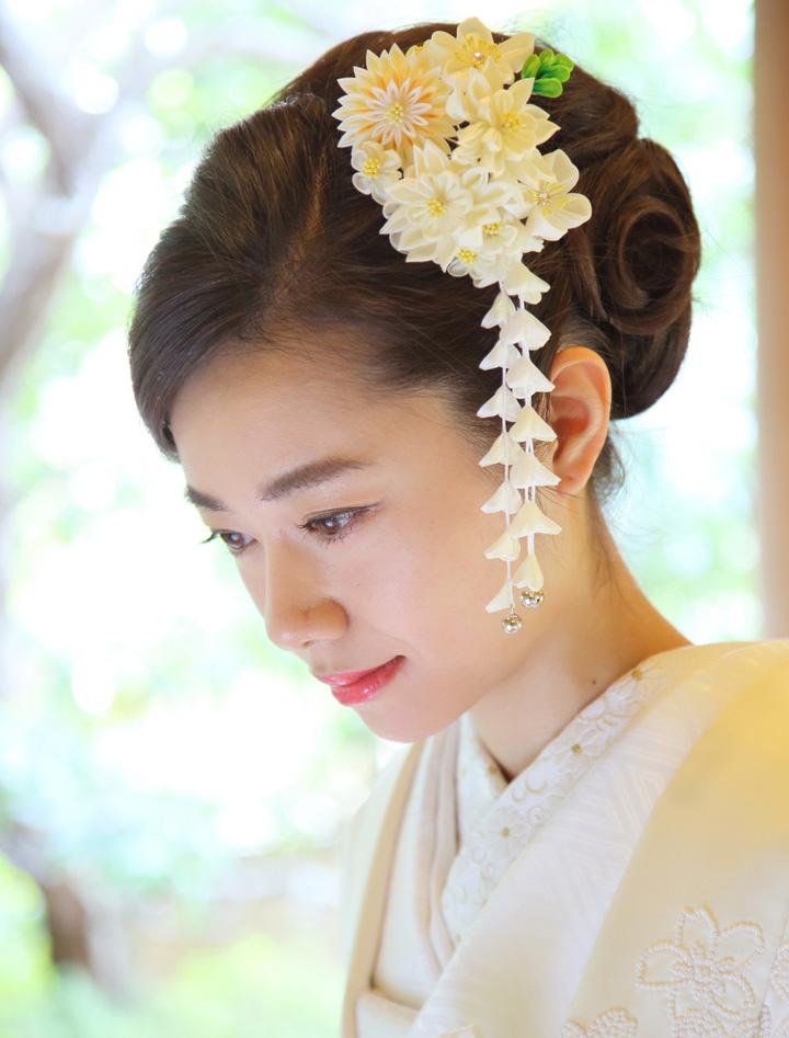 お辞儀をする花嫁の顔のアップ