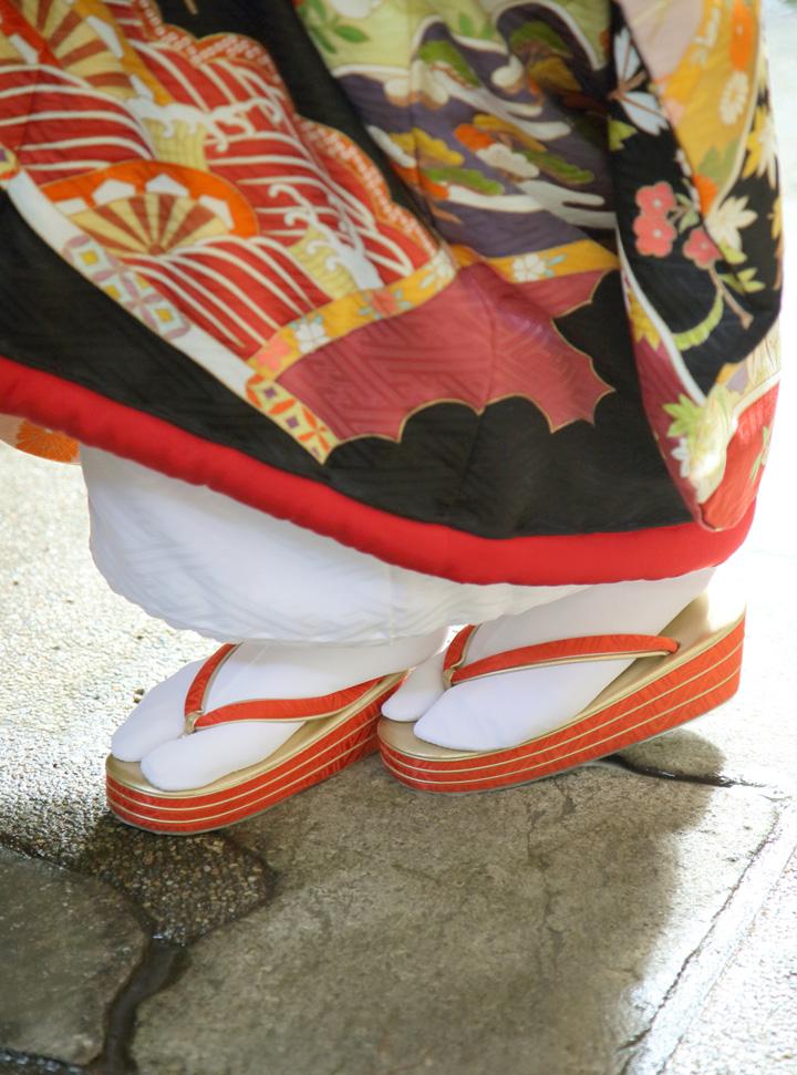 歩幅は狭く、片足のかかとに草履をこすりつけるイメージで