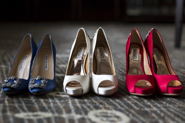 ブルー、白、赤のシューズ