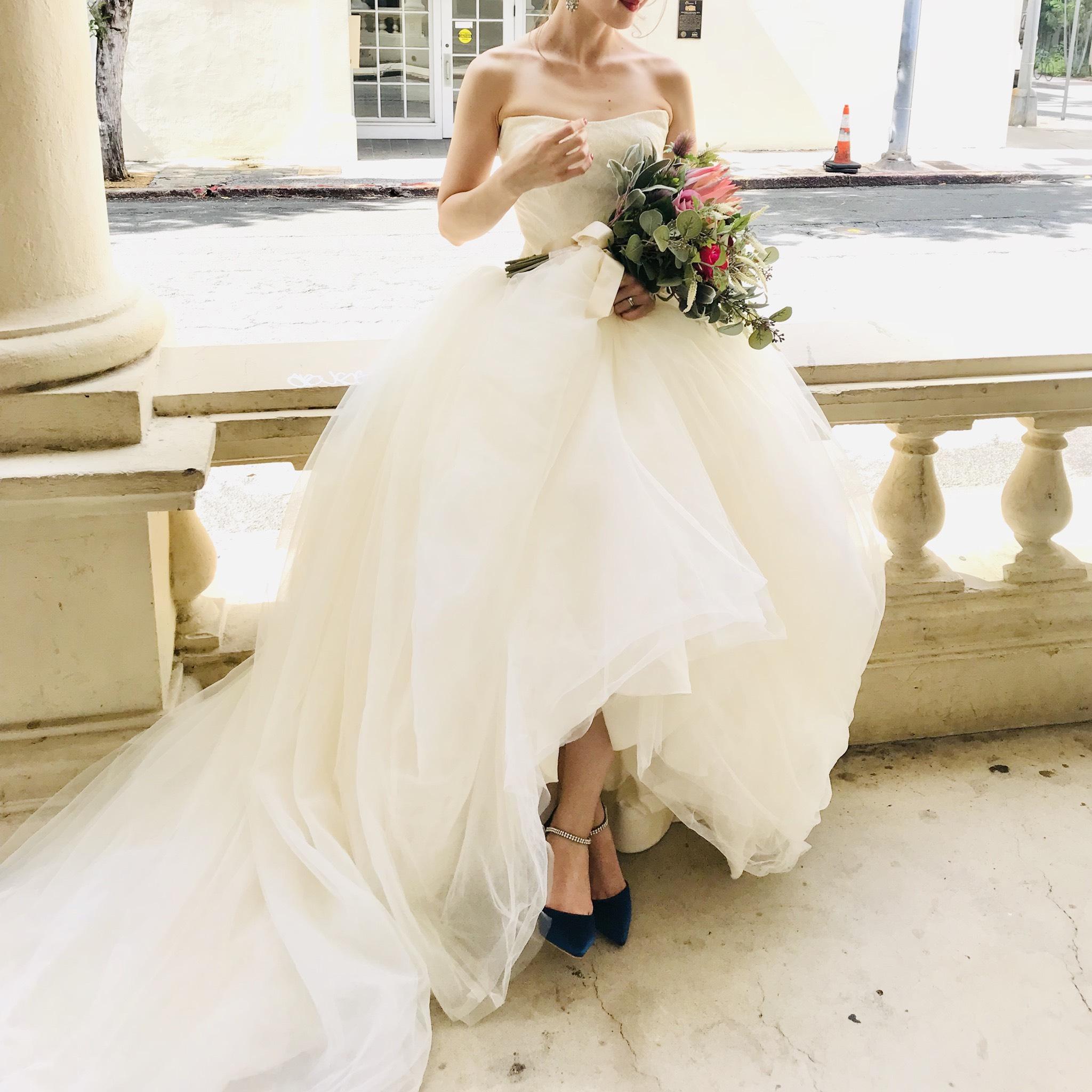 ブルーのサテンシューズを履いた花嫁の足元です