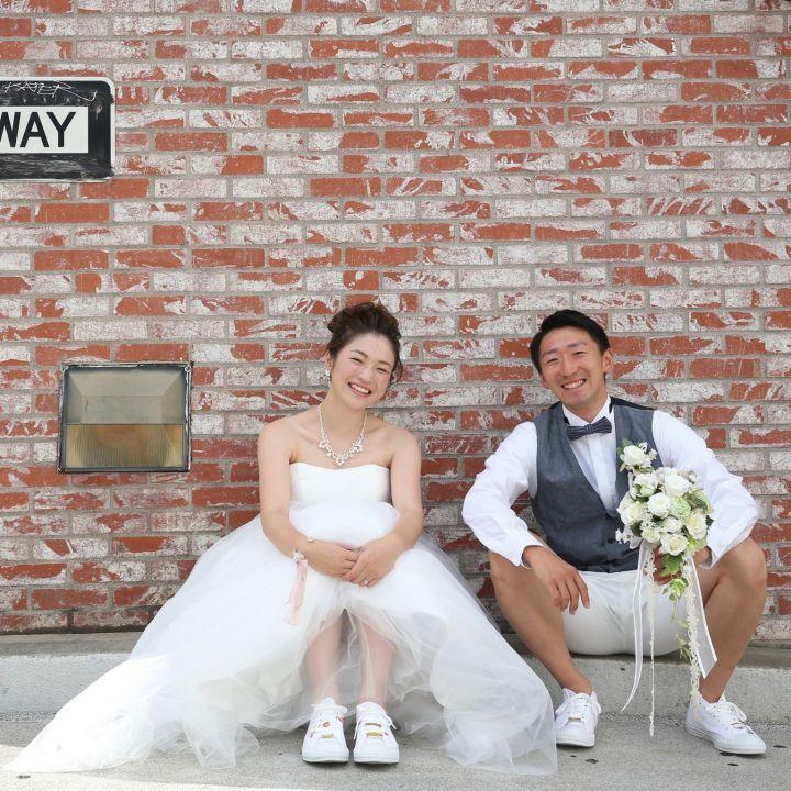 新郎新婦でおそろいのスニーカーを履いた写真です