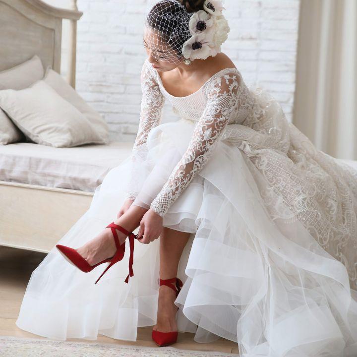 赤いリボン付きシューズを履いた花嫁の足元です