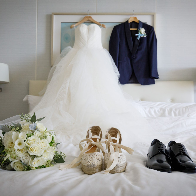 ドレスやウエッジソールを置いた部屋の写真です。