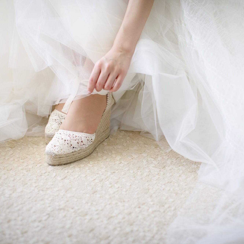 ウエッジソールシューズを履く花嫁の足元です。