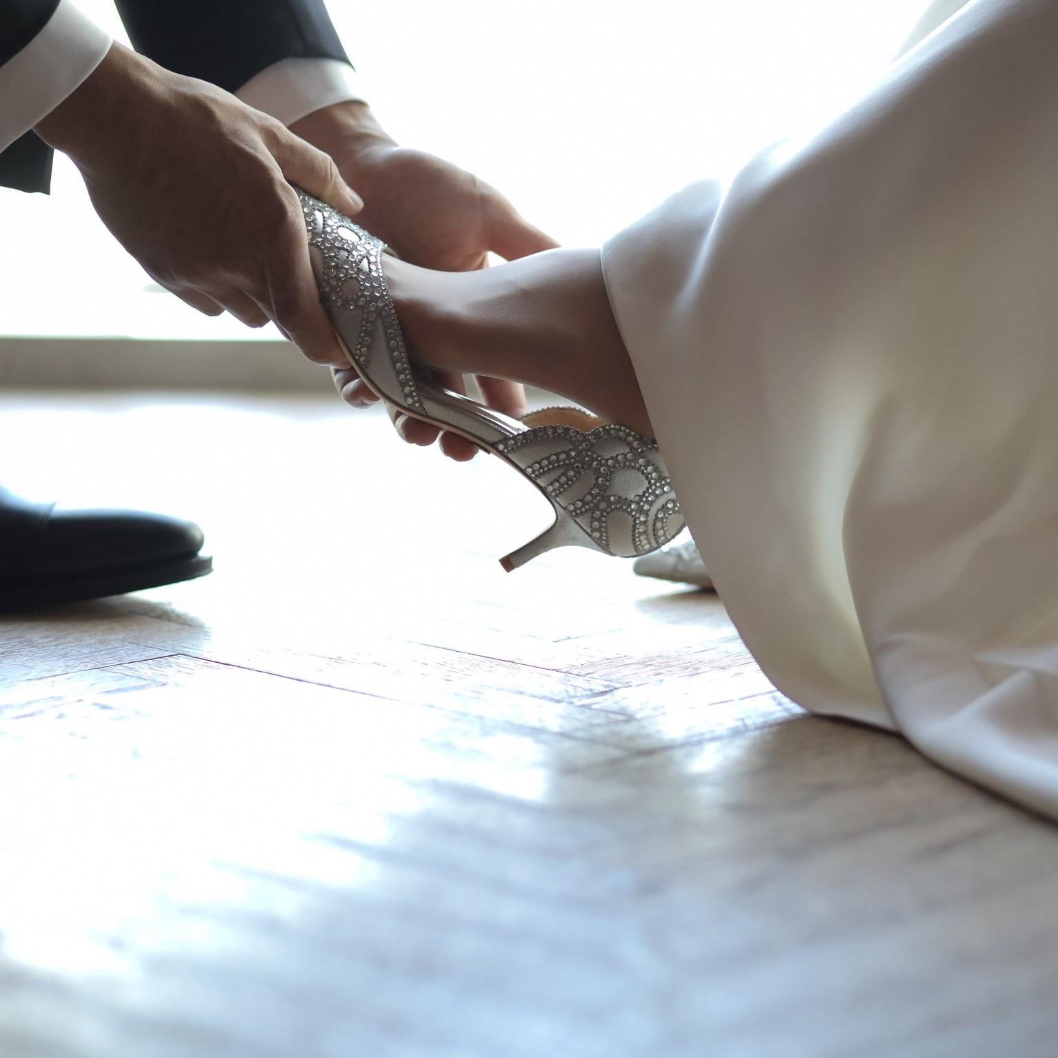 ビジューシューズを履いた花嫁の足元です