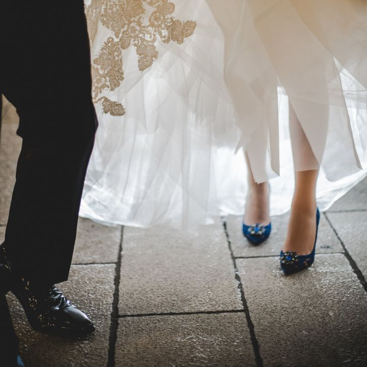 ブルーのシューズを履いた花嫁の足元です