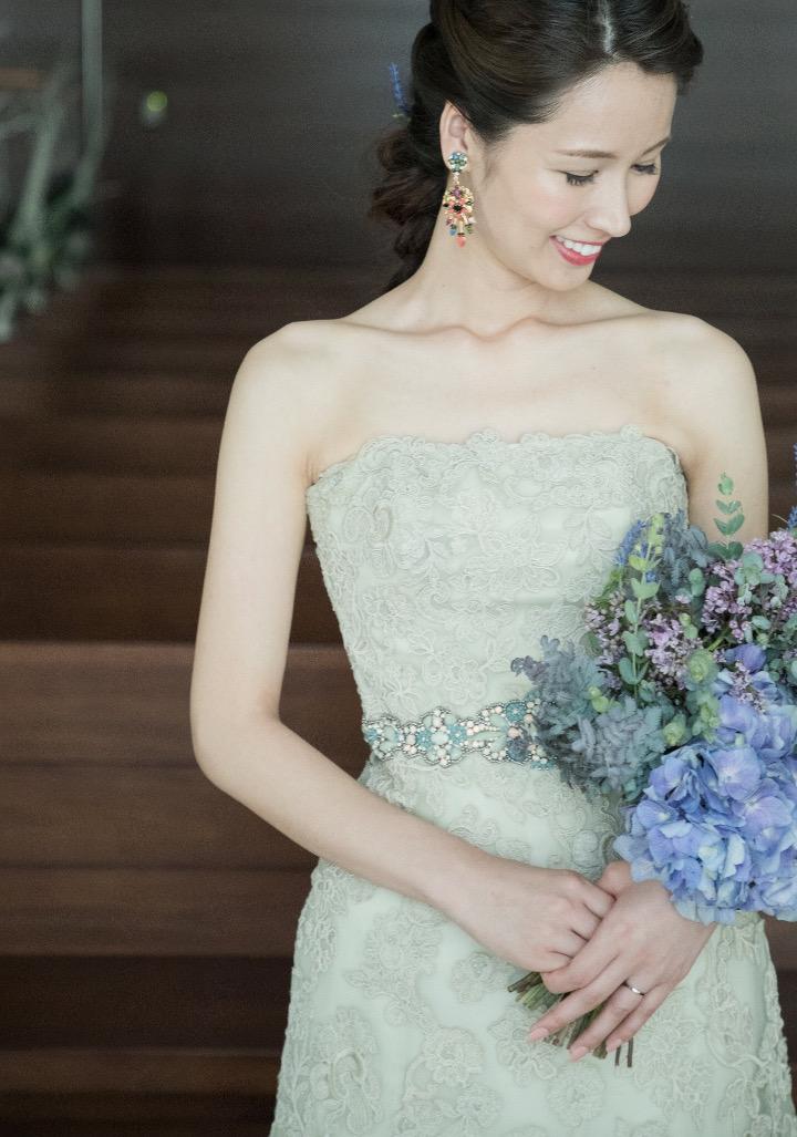 「ここ数年のトレンドでもあるスモーキーカラーは、大人の雰囲気を醸し出すことができます。柔らかな印象を与え、女性らしい趣も。このモスグリーンの総レースがあしらわれたドレスは落ち感のあるマーメイドラインが