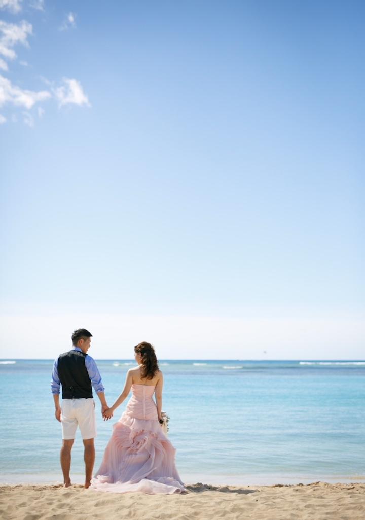 ビーチにピンクドレス