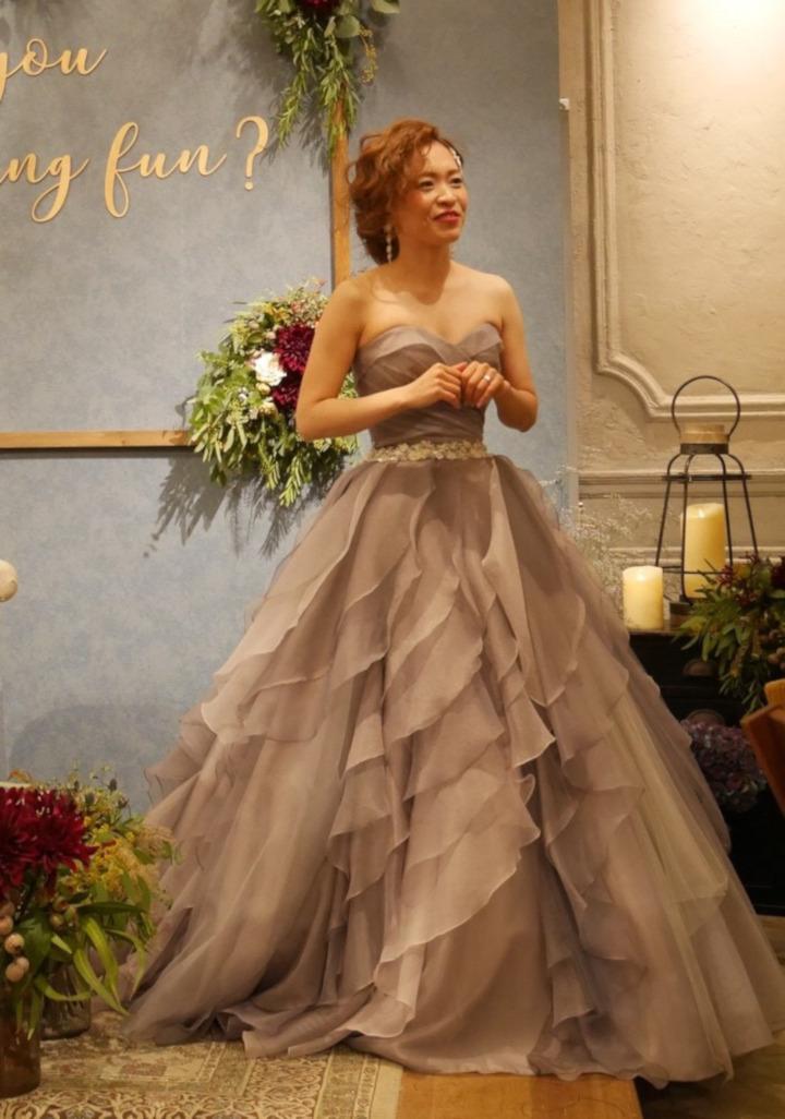 スモーキーなドレスに華やかさを足して大人っぽく格上げ(35W以内
