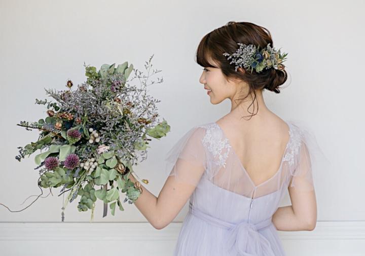 くすみカラードレスドレスをそもそも「顔まわり」に飾りのあるデザインで選ぶ
