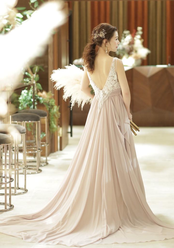 大ぶりのゴールドアクセ、ちょうどいいボリューム感、ヘアのアレンジなどバランスがよい  「花嫁さんコメント」
