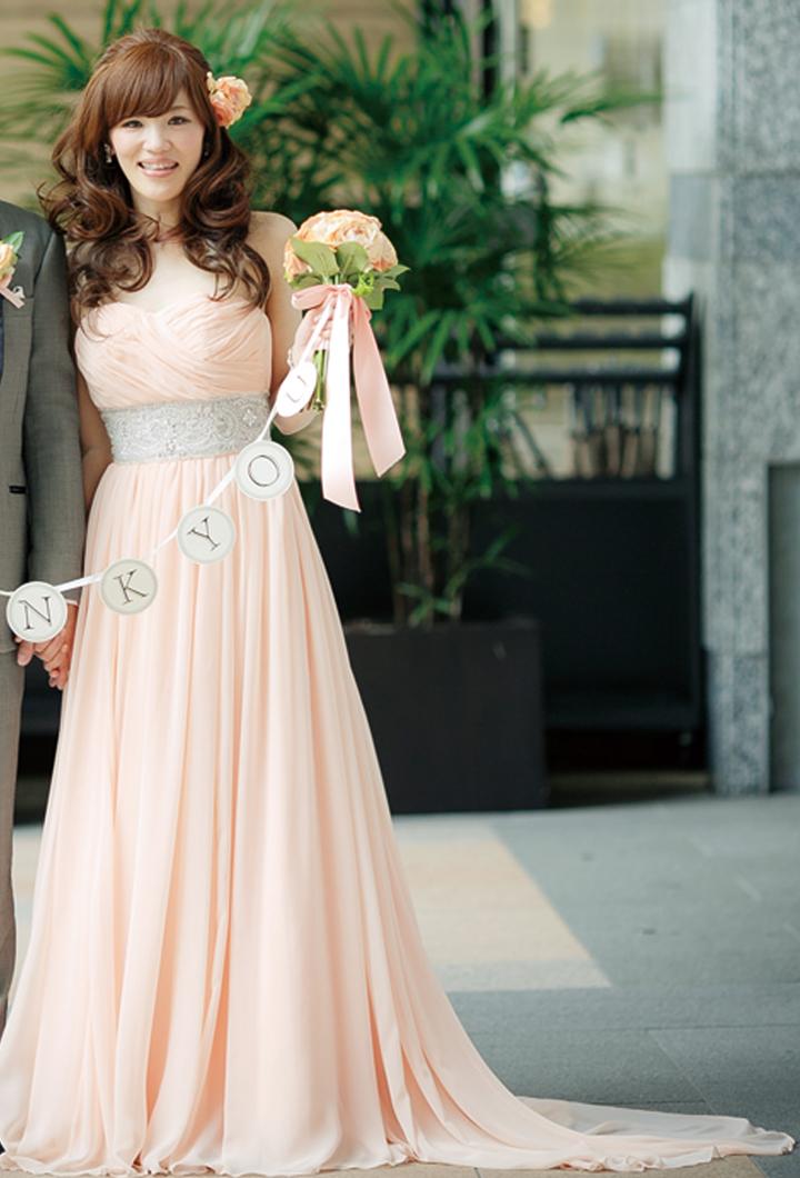 ベビーピンクのドレスにビジューでおしゃれ