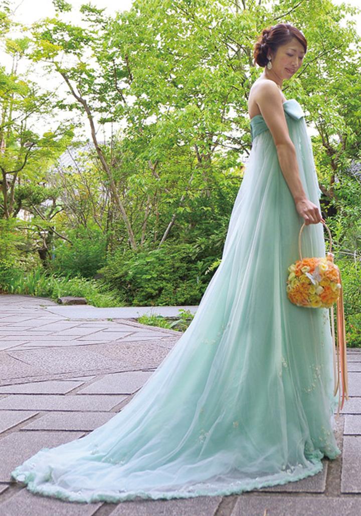 ペールグリーンのドレスにチョウの花カゴを