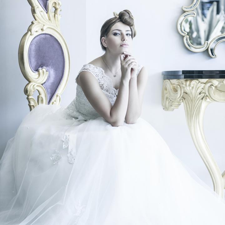 スタイリッシュなドレスを着て椅子に座っている花嫁
