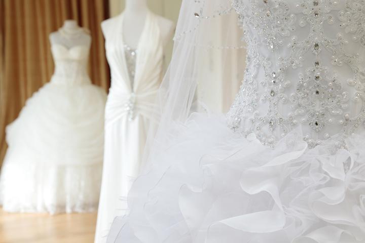 デザインが異なるドレス3着が並ぶ