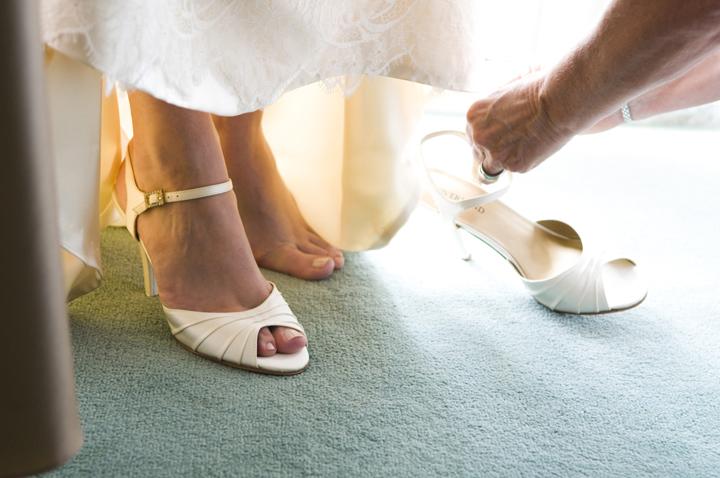 ウエディングシューズを合わせてもらう花嫁の足元