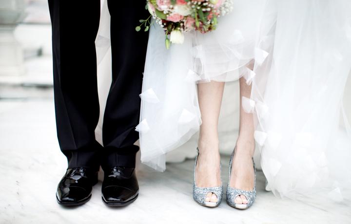 並んで立つ花嫁と花婿の足元