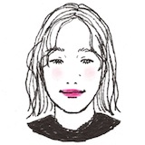 ローシニヨンは視線を低い位置に集める役割も。女性らしさを強調するならタイトにひっつめ過ぎず、どこかに抜け感のある柔らかなシルエットを意識して。(ヘアメイク長澤 葵さん)