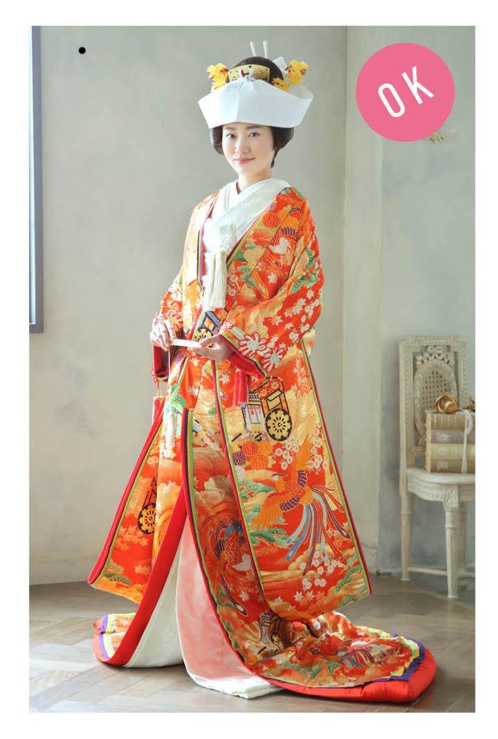 角隠しを被った色打ち掛けの花嫁の正面からの立ち姿