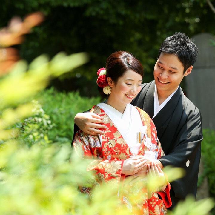 色打掛姿の花嫁を、袴姿の花婿が優しく抱きしめています。