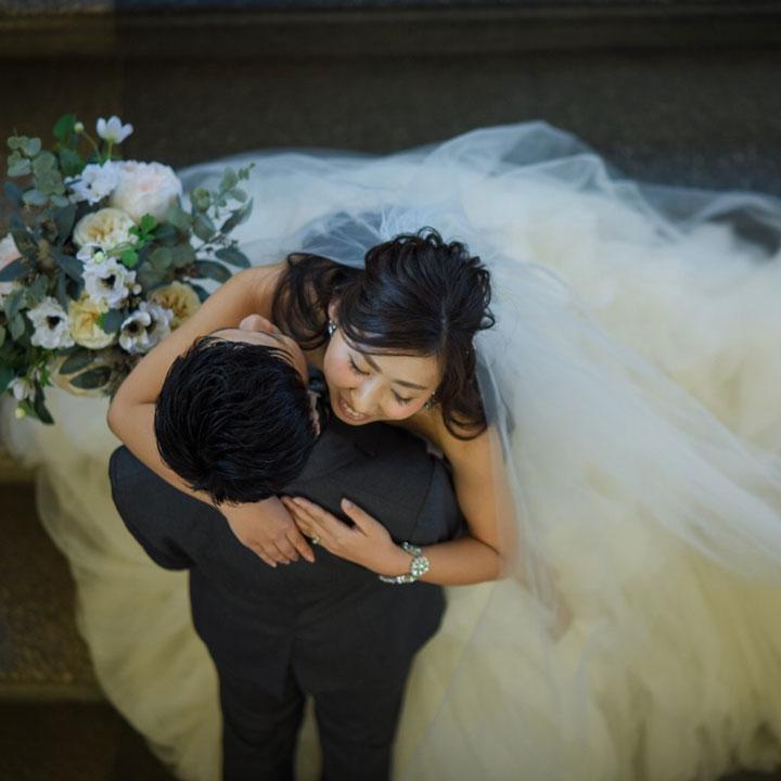 抱き合う新郎新婦を頭上から撮った写真です。