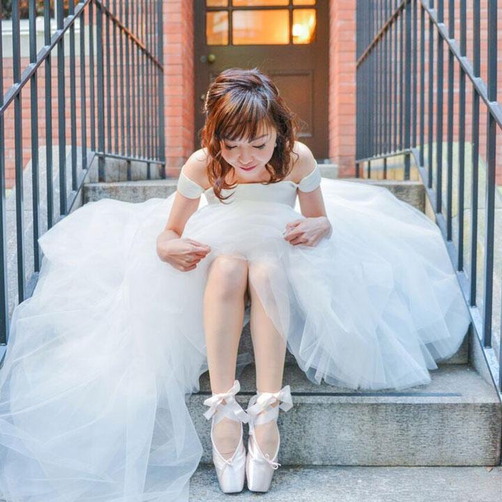 フィッシュテールドレスで階段に腰かけた花嫁です。