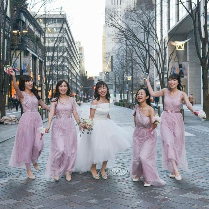 ブライズメイドと一緒に街中で撮影したフィッシュテールドレス姿の花嫁です。