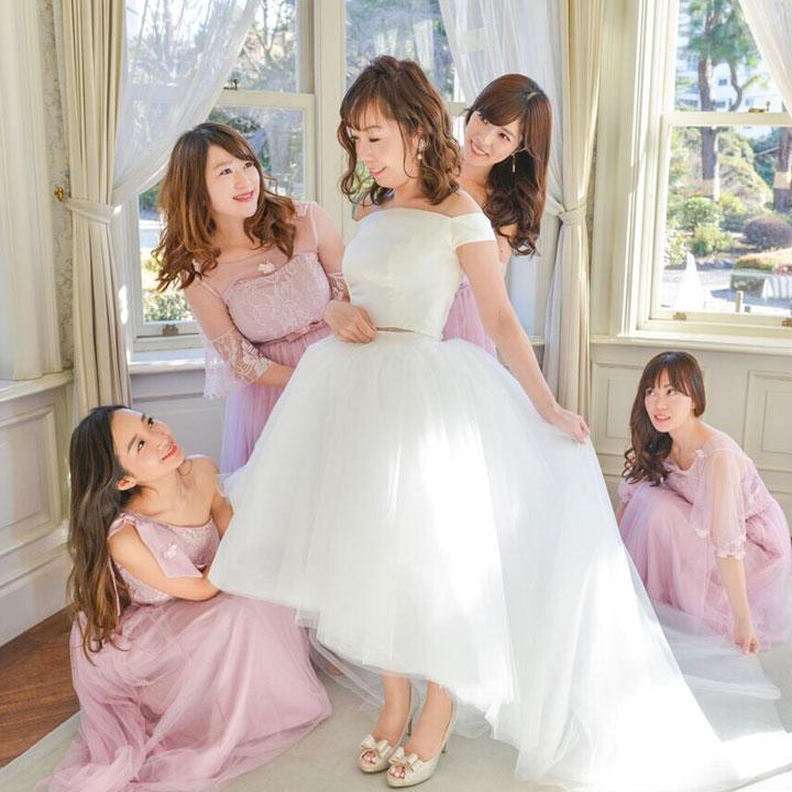 ブライズメイドに囲まれたフィッシュテール姿の花嫁です。