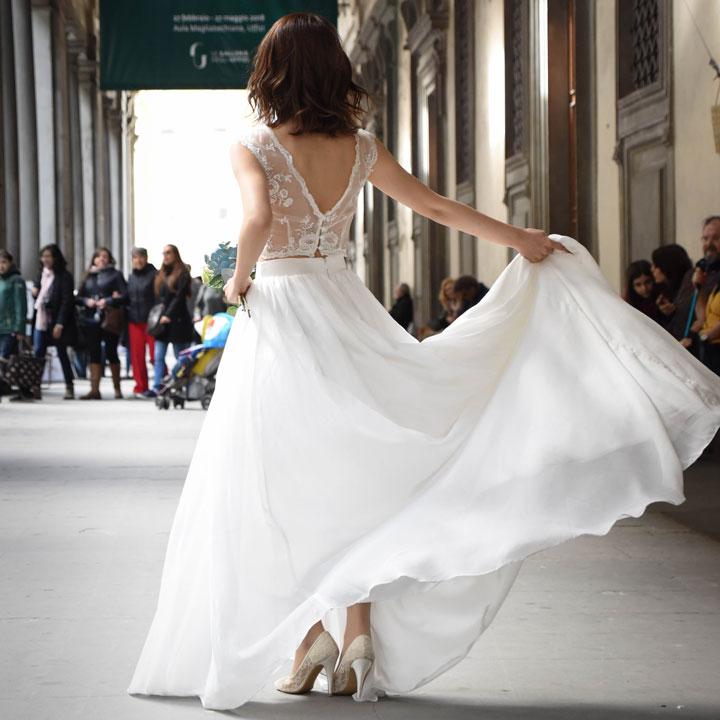 フィッシュテールドレスを着た新婦がフィレンツェの街にいます。
